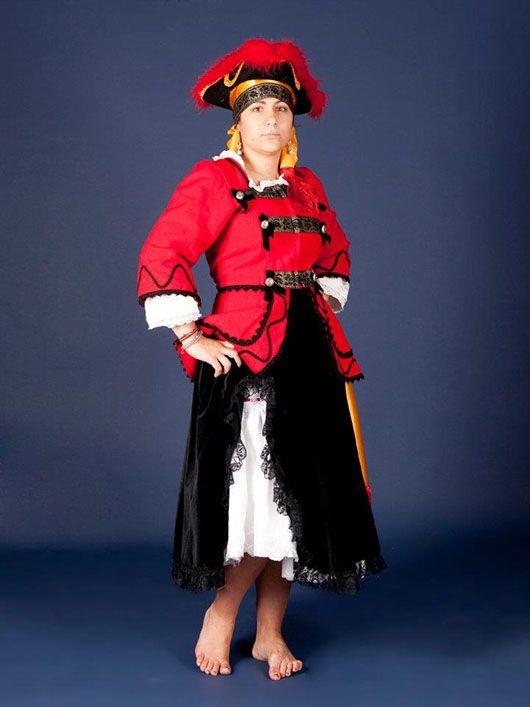 Mujer pirata_traje rojo y negro