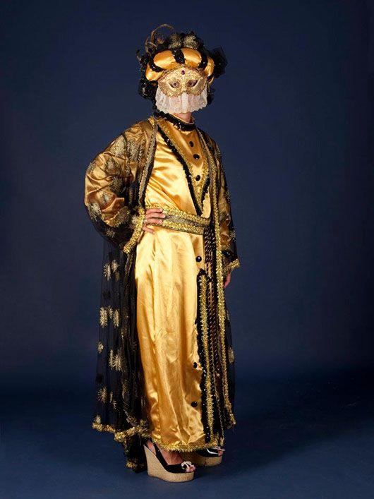 Mujer veneciana_traje dorado y negro