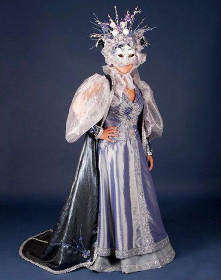Mujer veneciana_traje malva y plata