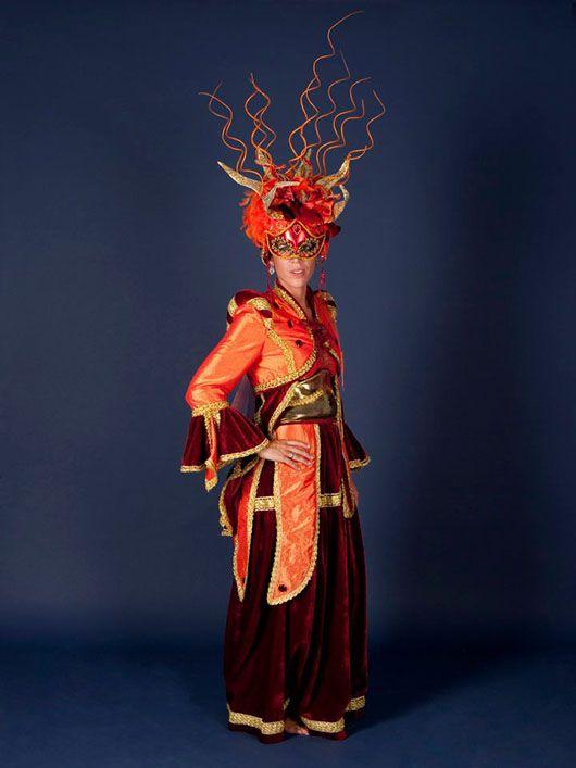 Mujer veneciana_traje naranja y burdeos con tocado especial