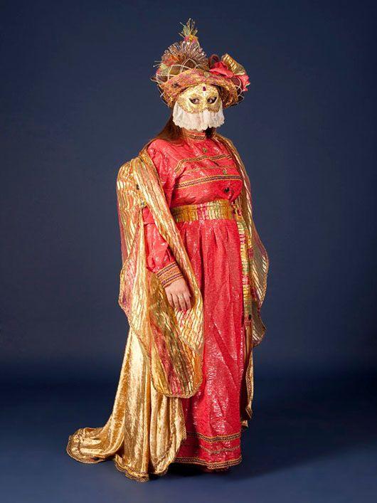 Mujer veneciana_traje rojo y dorado