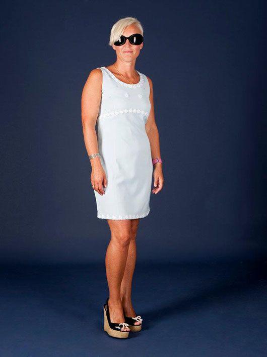 Mujer_traje corto gris