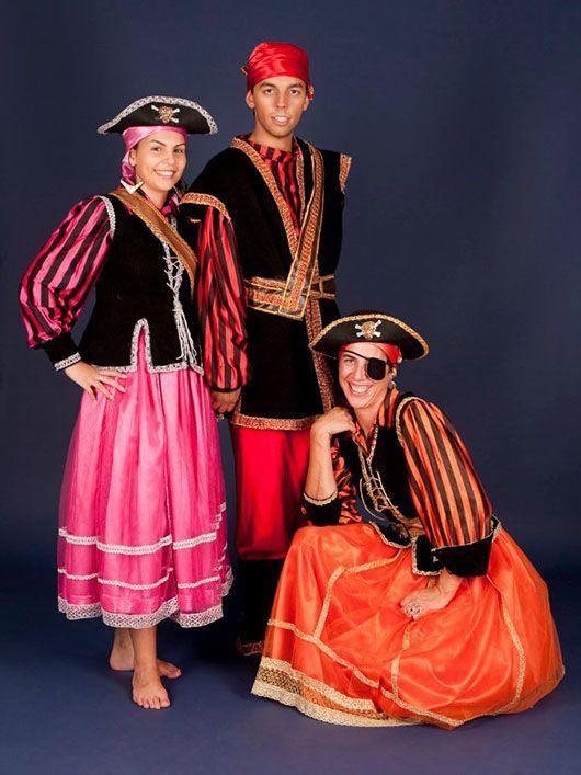 Trío hombre y mujeres piratas